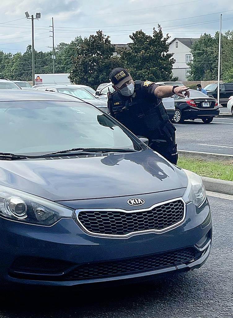 photo of reserve deputy helping motorist